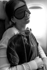 Mettez un maque contre la lumière pour mieux dormir dans l'avion