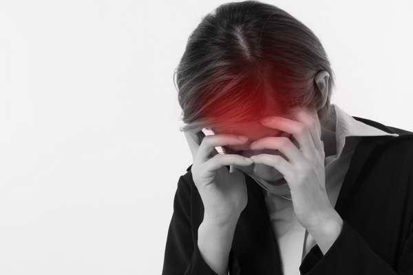 Femme stressée ayant des maux de tête