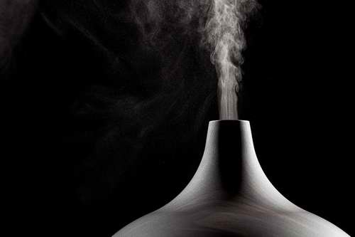 Diffuseur d'huiles essentielles sur fonds noir