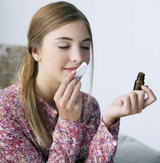 Femme sentant une huile essentielle