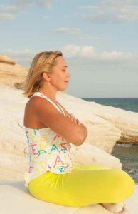 Le Yoga Nidra : personne assise pratiquant la relaxation en état de conscience