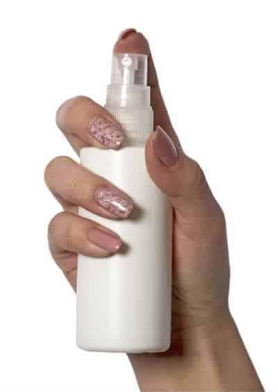 Serum physiologique en spray tenu par une main
