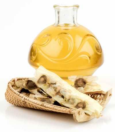 Flacon d'huile de moringa oleifera et plantes