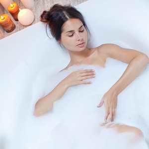 Quelques gouttes d'helichryse italienne dans le bain pour faire partir la tristesse