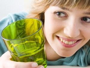 S'hydrater doit se faire tout au long de la journée, de préférence par petite quantité et en dehors des repas.