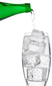L'eau gazeuse est généralement plus riche en minéraux que l'eau plate