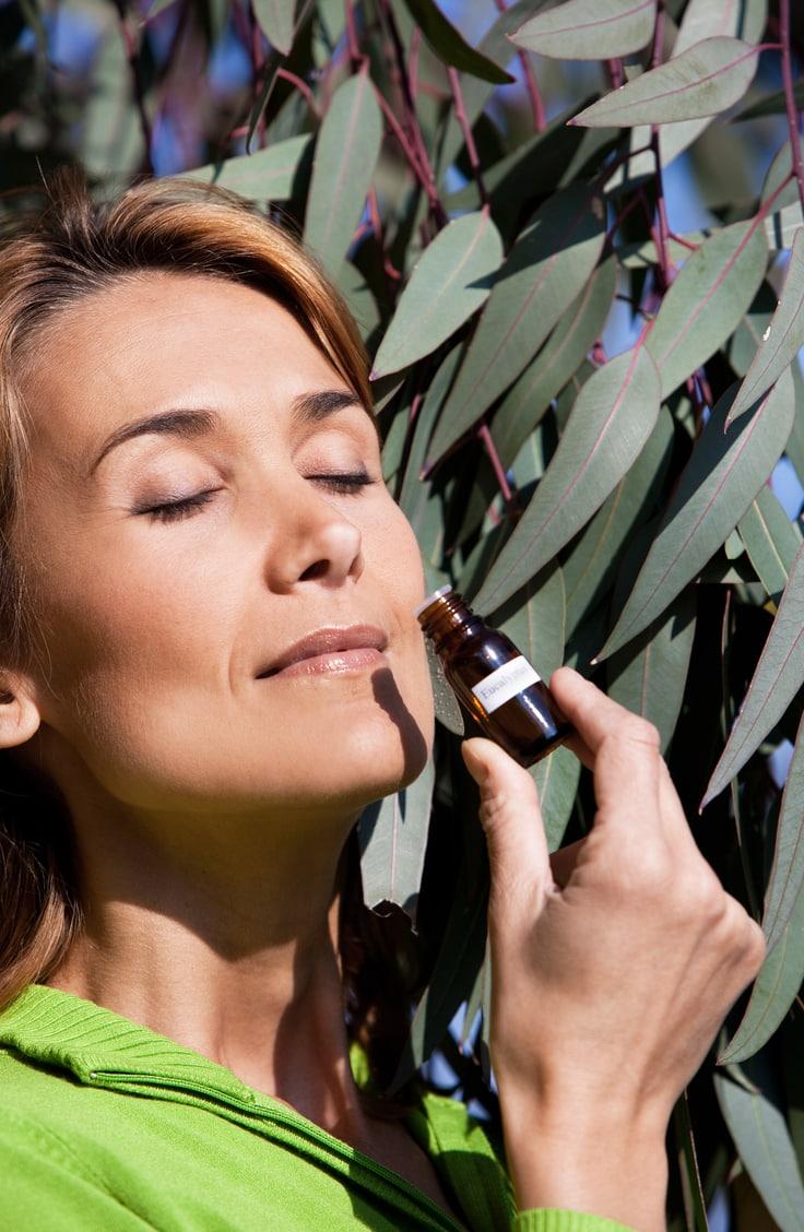 Qu'elles soient respiratoires, mucolytiques ou anti-inflammatoires, les 9 types d'huiles essentielles d'eucalyptus ont toutes une spécificité à découvrir !