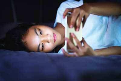Demander à un adolescent d'arreter les écrans pour lutter contre l'insomnie est bien souvent difficile