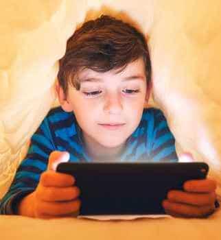 Evitez de laisser jouer vos enfants aux écrans en fin de journée