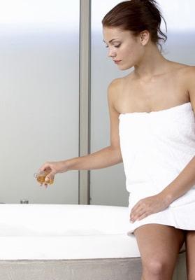 Prenez des bains pour combattre la grippe et ajoutez y des huiles essentielles